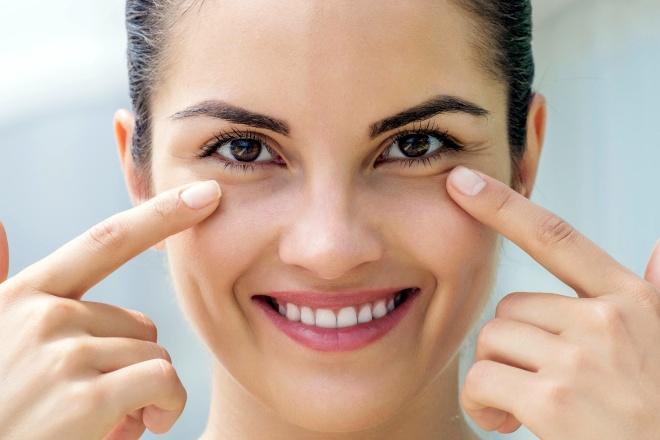 Чем убрать малярные мешки под глазами