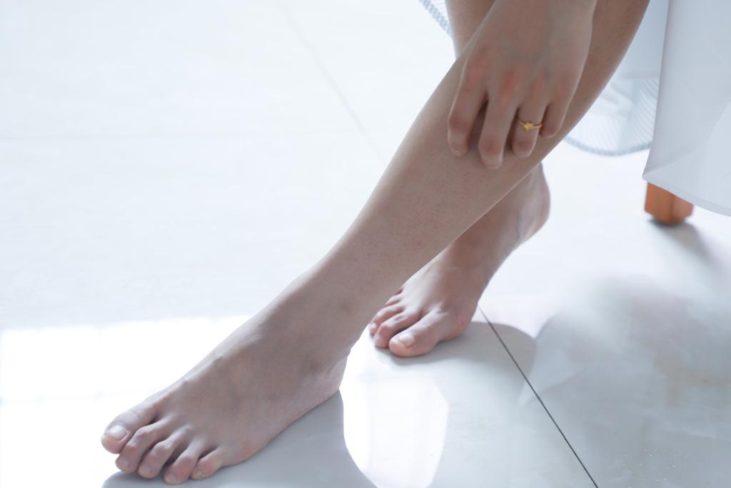 На ноге темное пятно твердая кожа